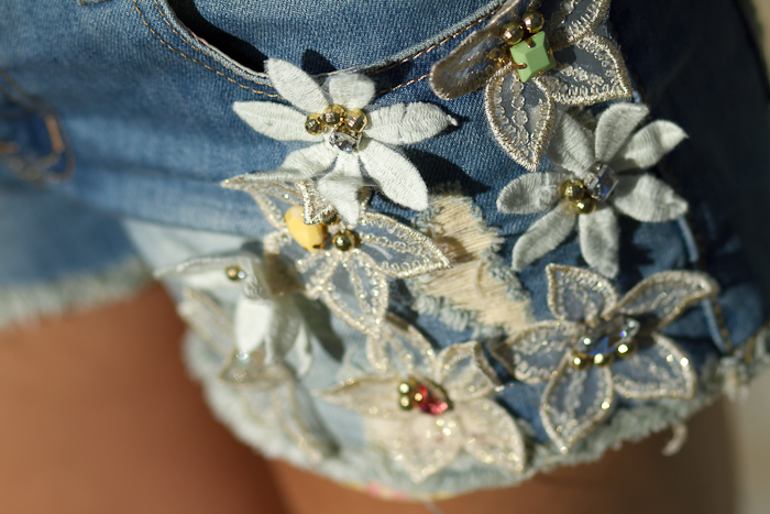 DENIM SHORTS WITH FLORAL EMBELLISHMENT