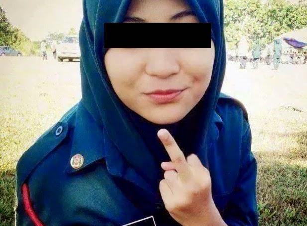 2 Gambar Gadis Melayu Bertudung Litup Tunjuk Isyarat Lucah