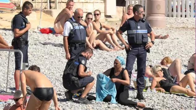 Νίκαια: Αστυνομικοί αναγκάζουν μουσουλμάνα να βγάλει το μπουρκίνι: «Ο νόμος είναι νόμος! Εμείς είμαστε καθολικοί» (vid)