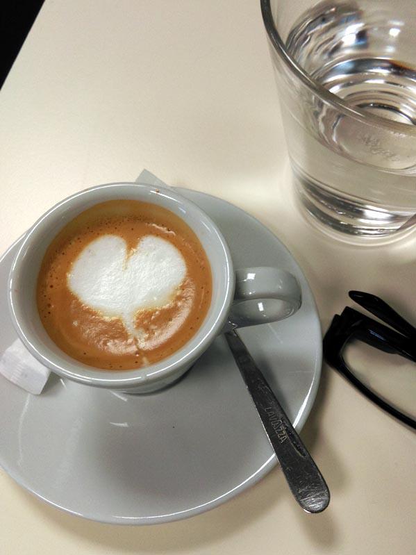 kuchenschrank cappuccino : Mit Espresso f?llen, 50 ml Wasser eingie?en, Platteaufdrehen.