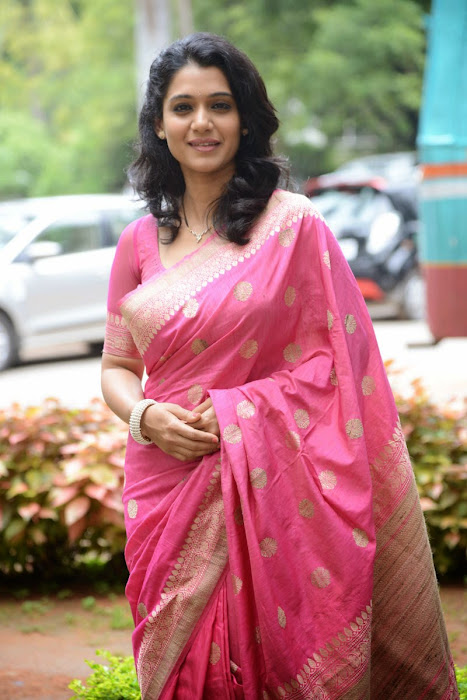 urmila gorgeous looking shoot in pink saree latest photos