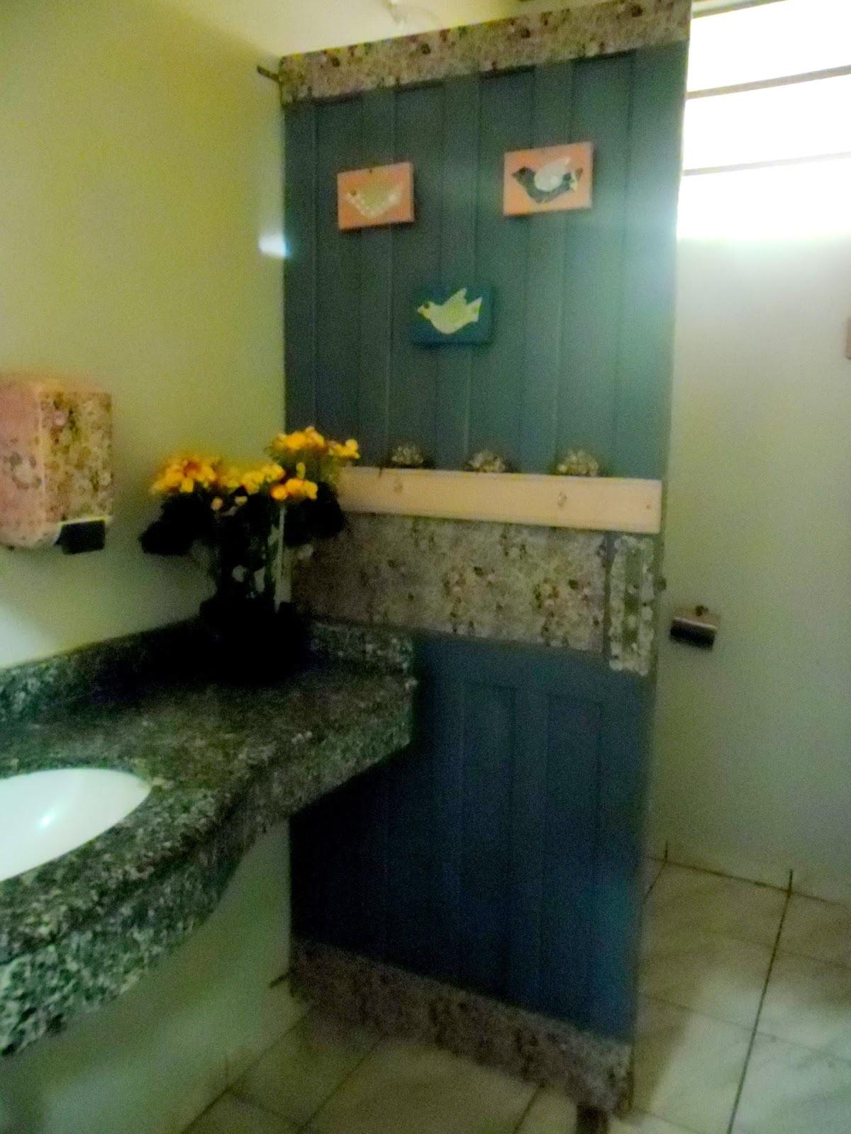 esta é a parte interna do banheiro feminino foi usada uma porta  #604E1C 1200x1600 Bancada Banheiro Usada