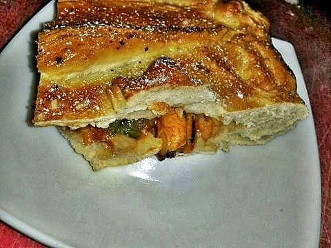 Corte empanada de frutos de mar con masa de pan