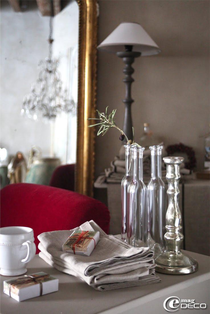 Des serviettes de table en lin naturel accueillent un savon Noël, Côté Bastide
