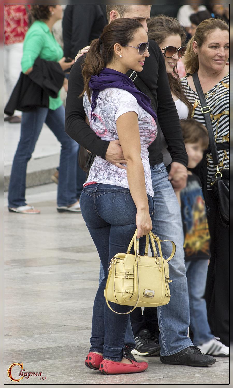 sexy latina mom in tight jeans - Mujeres bellas en la calle