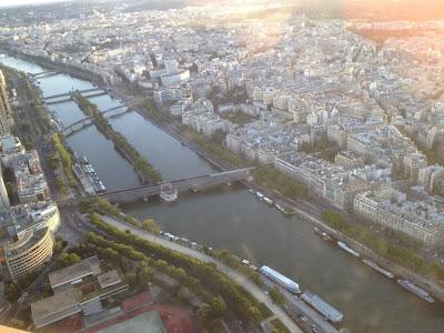 maravillosas vistas de la ciudad de París desde lo alto de la torre Eiffel en Paris
