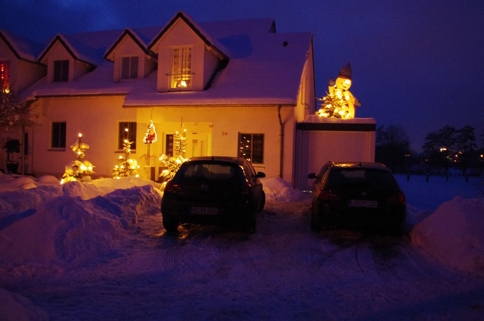 Haus; Weihnachtsbeleuchtung; Schneemann