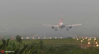 Akibat terganggunya sejumlah jadwal penerbangan para penumpang pun memilih jalur alternatif baik jalan darat