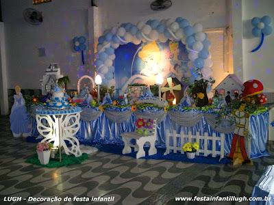 Decoração tradicional com toalhas versão super luxo com o tema Cinderela para festa de aniversário infantil de meninas