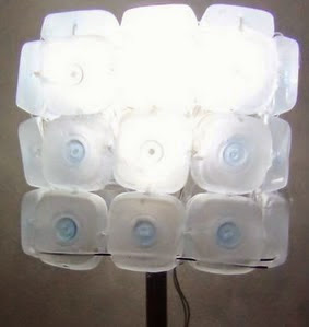 http://handbox.es/como-realizar-una-lampara-reciclando-45-botellas-de-plastico-pequenas-lamp-made-out-of-45-recycled-plastic-bottles