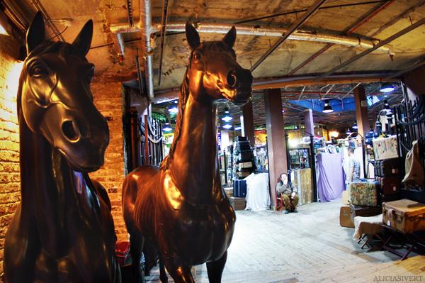 aliciasivert, alicia sivertsson, london, england, Camden town market lock, horse statue, häst, häststaty