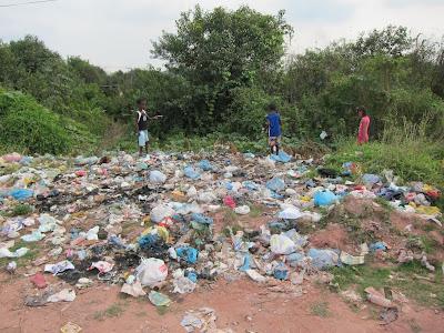 Kinder suchen im Müll