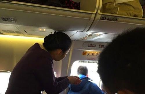 Homem abre porta de emergência de avião para pegar ar fresco