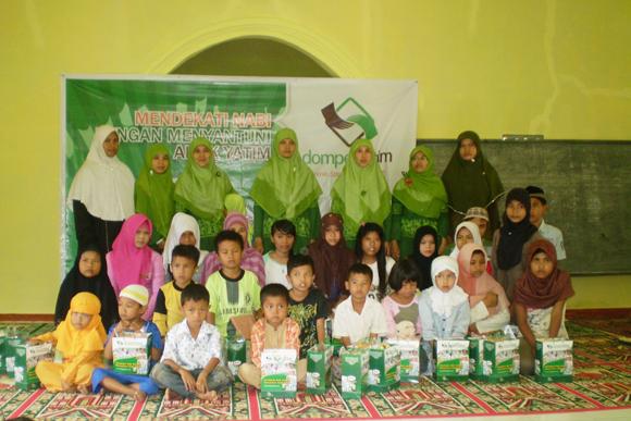 Anak-anak Yatim dan Pengurus Dompet Yatim pada acara santunan