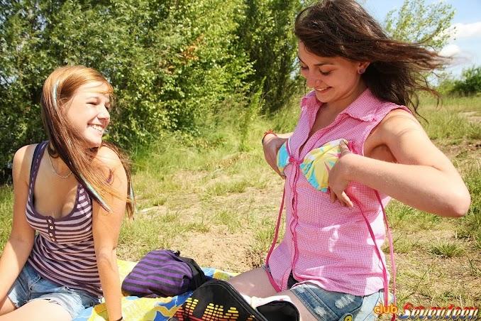 Hai em nữ sinh đi cắm trại đụ, liếm lồn nhau 10