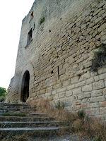 L'escala i el portal d'entrada al castell