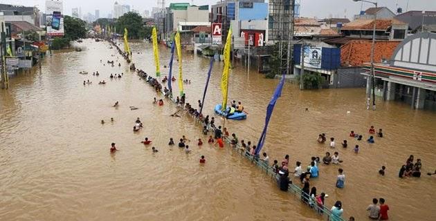 18 MUERTOS Y 80 MIL EVACUADOS POR INUNDACIONES EN INDONESIA, 19 de Enero 2014
