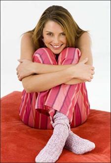 woman-knee - نصائح لنعومة المرفقين والركبتين + امرأة جالسة على سرير