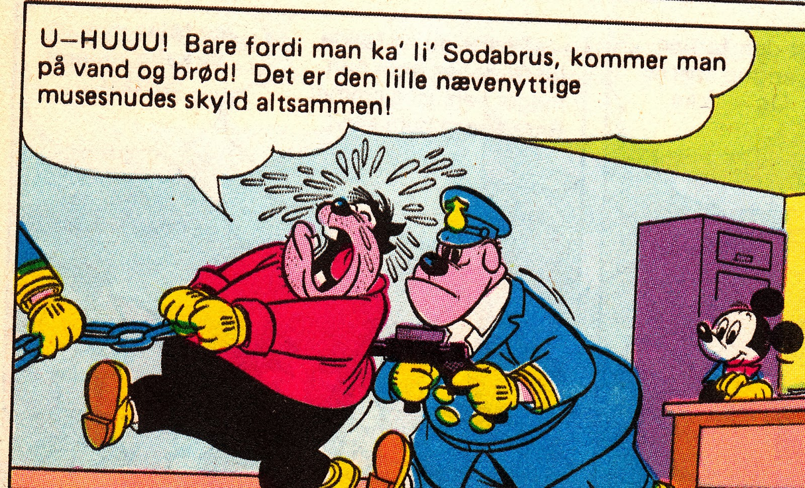 """Sorteper tuder, da han bliver arresteret. """"Det er alt sammen den lille musesnudes skyld!"""""""