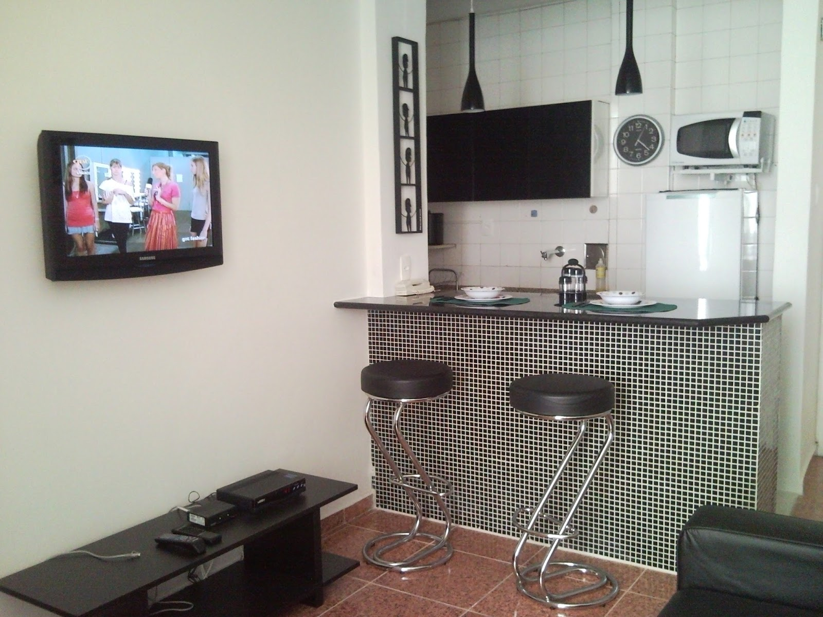 #40718B  Ribeiro: Sala com Sofá Cama Cozinha Americana e Mesa de Jantar 1600x1200 px Projeto De Cozinha Americana Com Sala #2787 imagens
