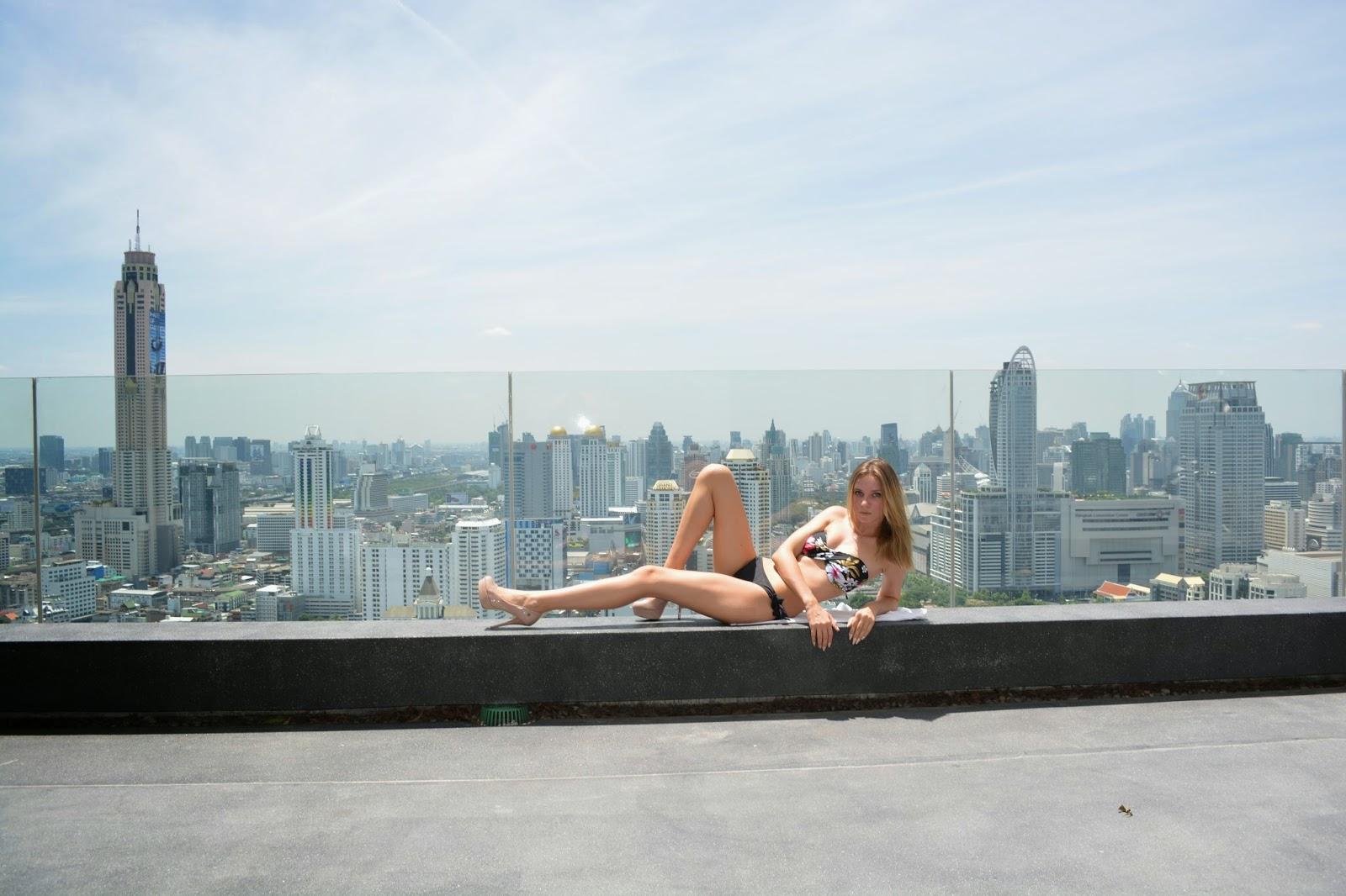 Thajské království, Thajsko, dovolená v Thajsku, Thajsko na vlastní pěst, thajsko bez cestovky, letenky do thajska, kam v Bangkoku, ubytování v Bangkoku, nákupy v bangkoku, modelka, modelka na střeše, mrakodrap, fashionhouse, fashion house, fashion house blog, šaty, dlouhé šaty, džínsové šaty, džínové šaty, jeansové šaty, letní šaty, výprodej letních šatů, levné šaty, češka žijící v zahraničí, češka žijící v Thajsku, Kristýna Vacková, nejlepší blog, český blog, zajímavý český blog, blog o cestování, blog o thajsku, lifestyle český blog, módní blog, fashion český blog, rooftop, kam v thajsku, průvodce po thajsku, plavky, levné plavky, bandeau plavky, bikiny, výprodej plavek, modelka na střeše