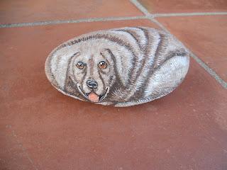 piedras pintadas a mano con Perro Labrador
