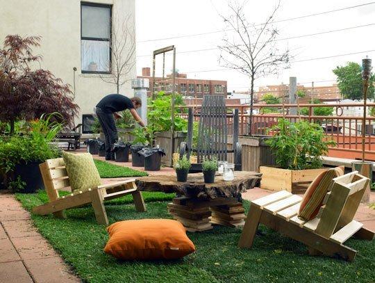 palets nos han ayudado a crear sillas mesas y jardineras todo un alarde de creatividad con un resultado que permite disfrutar al mximo de un espacio