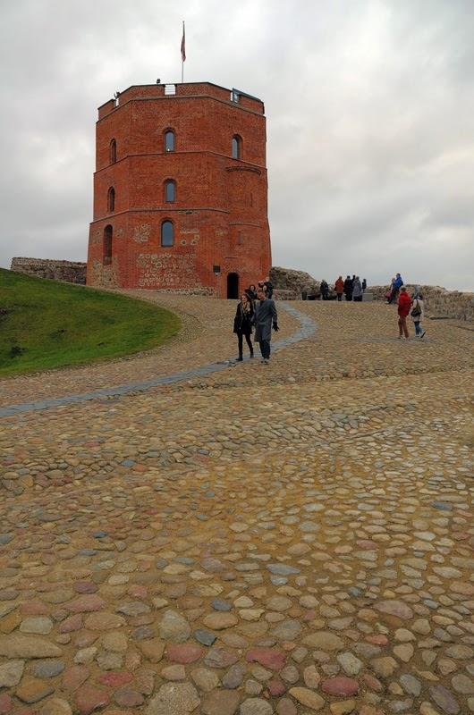 Башня Гедимина. Вильнюс, Литва. Осень Выходные Прогулка по городу достопримечательности фотографии рестораны национальной кухни блошиные рынки