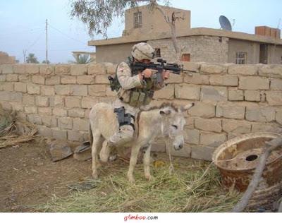 soldado americano montado em um burro