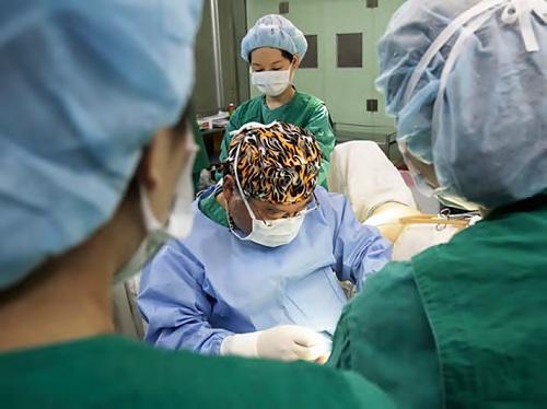 Dr Kim Seok-kwun sedang melakukan operasi perubahan alat kelamin pada pasiennya
