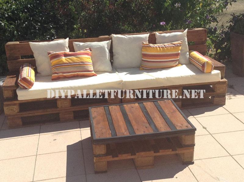 Sof y mesa exteriores realizadas con for Mesas de palets para jardin