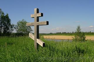 Памятный крест в честь деревни, река Шапкина
