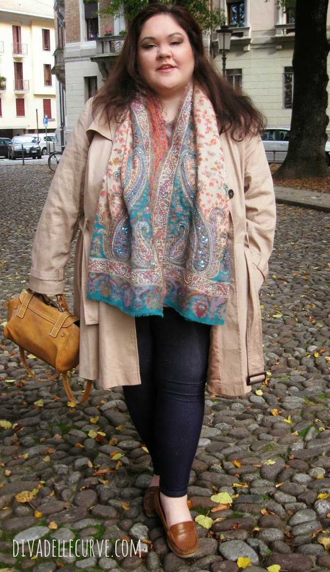 outfit plus size con trench