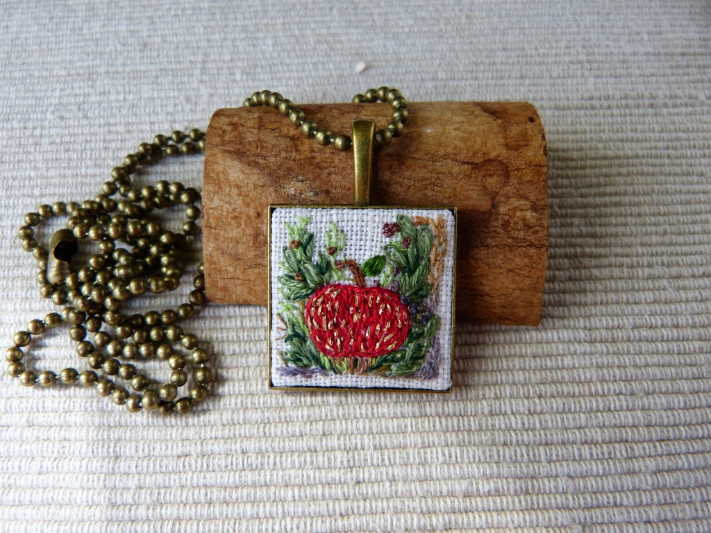 biżuteria, handmade jewerly, zebroid jewerly, naszyjnik z haftem, embroidered pendant, embroidered necklace