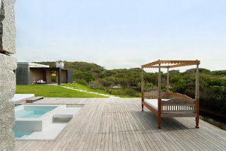 This pool house floor is made ​​of layers of wood so as to reduce the sunlight
