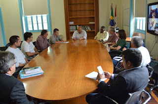 Prefeito Márcio Catão e funcionários tratam da institucionalização de uma política pública de habitação permanente no município