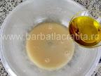 Covrigei sarati cu vin preparare reteta aluat - adaugam uleiul de masline