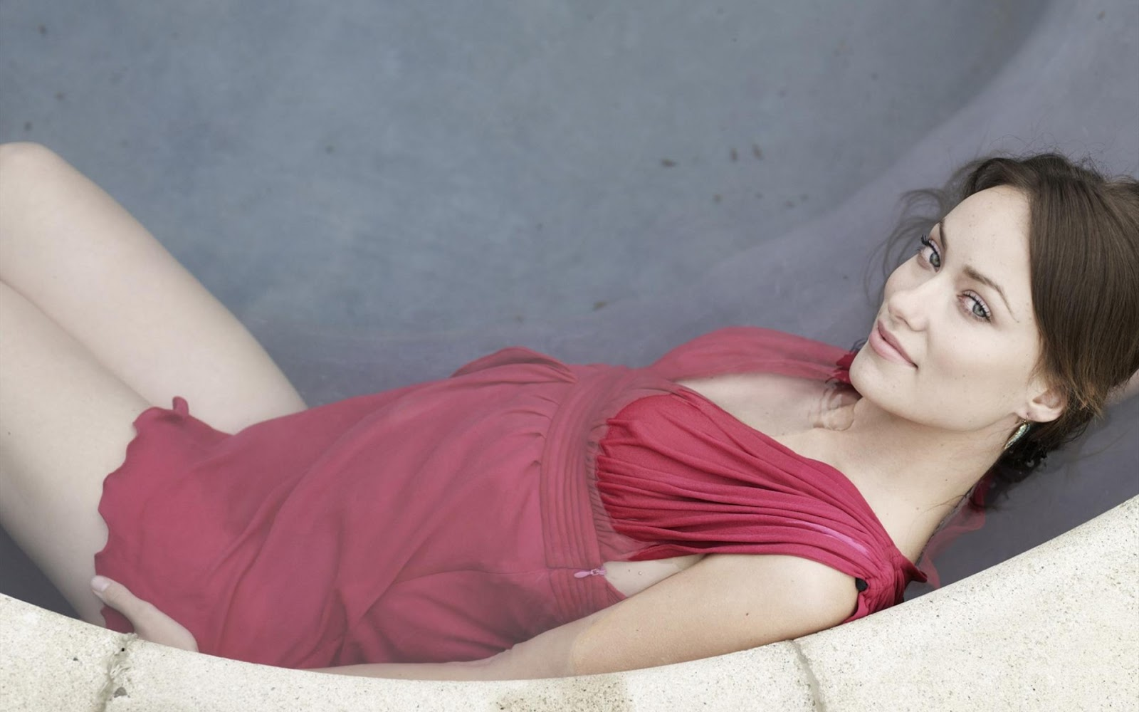 Fondos de Pantalla HD de Famosas: Olivia Wilde en la Piscina