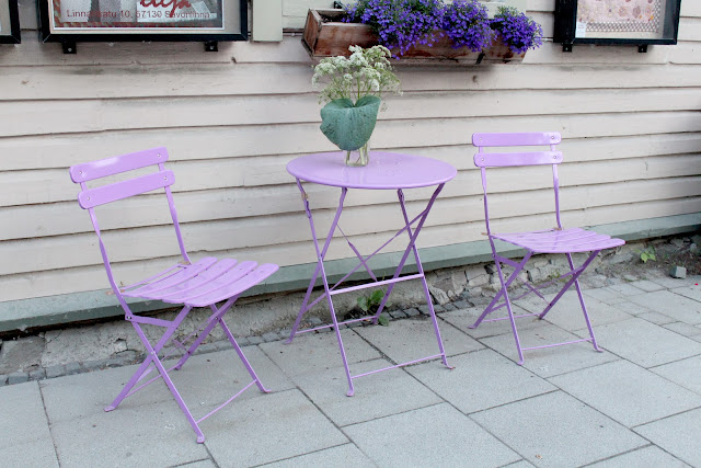 The Great Finnish Road Trip, road trip Finland, visit Finland, Savonlinna, streets Savonlinna, purple chairs