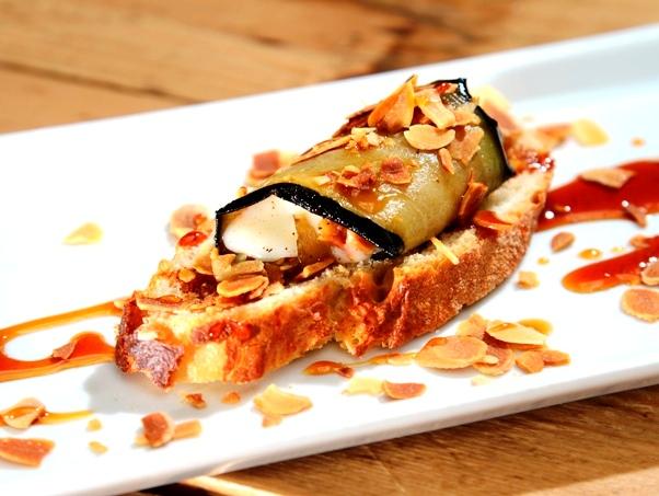 Berenjena marinada con Torta del Casar (La Contraseña)