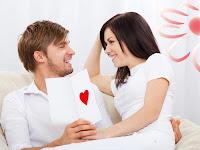 pareja-amigos-platicando-felices-sonriendo