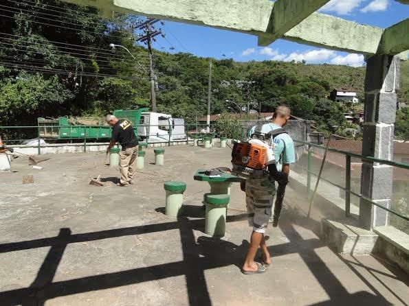Funcionários da Prefeitura fazem manutenção no Mirante do Vale do Paraíso