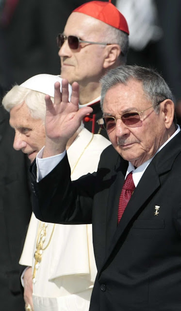 """S.S.Bento XVI e cardeal Bertone na terra do """"chicote satânico"""""""