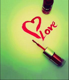 love écris avec de la vernie a ongle
