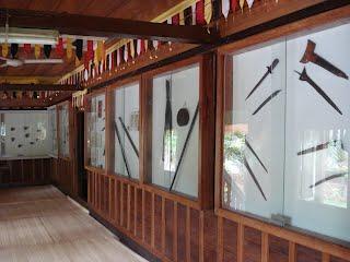 Benda pusaka yang dipamerkan di Ruang utama Rumah Gadang Mandeh Rubiah.