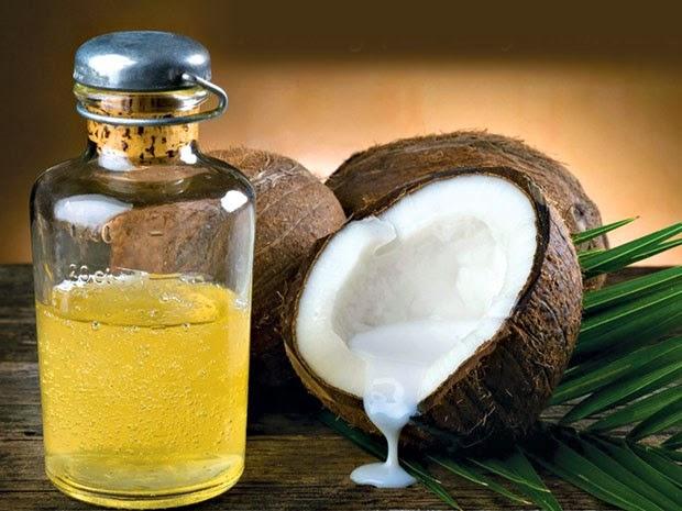 Trị môi khô nứt nẻ bằng: Dầu dừa