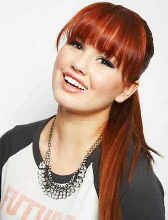 Debby Ryan'ın kızıl saçları, mükemmel kahkülleri ve saç at kuyruğu modeli.