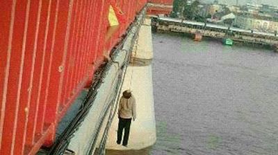 Mengerikan! Ada Seseorang Gantung Diri Di Jembatan Ampera Palembang