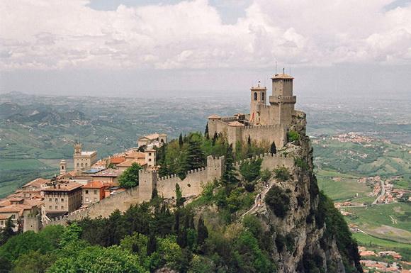Las 11 edificaciones más increíbles construidas en el borde de un acantilado