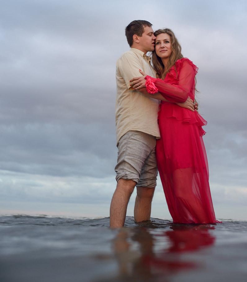romantiškos priešvestuvinės nuotraukos pajūryje prie jūros